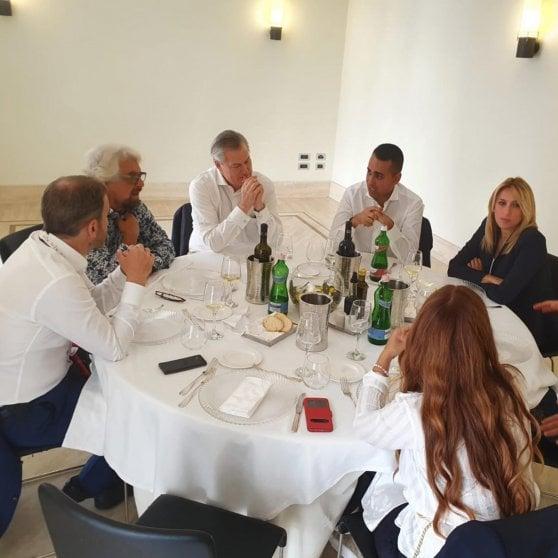 """M5s, Di Maio a Zingaretti: """"Patti non all'ordine del giorno"""". Grillo sprona ai suoi: """"Basta piagnistei su alleanza Pd, vaffa... a voi"""""""