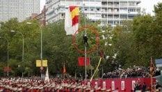 Flop del paracadutista: sbatte sul lampione davanti a reali di Spagna