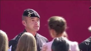 Regina Letizia cerca di consolare  il militare ma lui è affranto