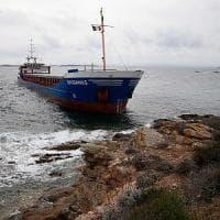 Nave cargo si arena in Corsica. E' carica di acciaio, ma per ora non ci sono danni