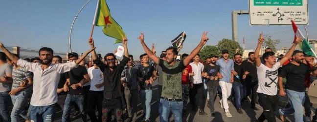 Siria, lesercito di Damasco verso Nord dopo un accordo con i curdi. Reporter stranieri colpiti da raid turchi
