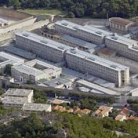 Francia, quattro detenuti evadono nel trasferimento. Le guardie non se ne accorgono