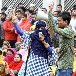 Bangladesh, chiuse 50 fabbriche tessili: 25mila lavoratori disoccupati
