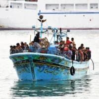 Migranti, barcone con 180 persone a bordo soccorso da motovedette italiane in zona Sar...