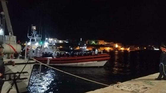 Migranti, 180 a Lampedusa e 176 a Taranto. Ad accogliere Oce