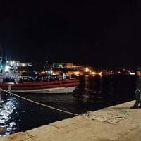 Migranti, 180 a Lampedusa e 176 a Taranto. Ad accogliere Ocean Viking il Comune e la...