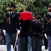 """Trieste si ferma per l'ultimo saluto ai poliziotti uccisi in Questura: """"I nostri figli..."""