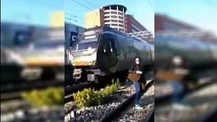Circumvesuviana: passeggeri sui binari mentre passa il treno