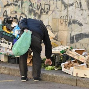 Povertà, la voce del 65% degli italiani sui social da la colpa a migranti e politici