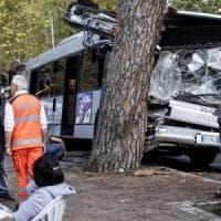 """Bus contro albero, un testimone accusa: """"Autista era al telefono"""", ma lui nega. Le tre..."""