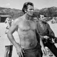 """Usa, il figlio di """"Tarzan"""" uccide la madre a coltellate: tragedia nel ranch dell'attore..."""