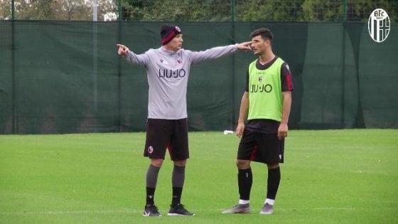 Bologna, Mihajlovic dirige l'allenamento: in panchina contro la Juve tempo permettendo