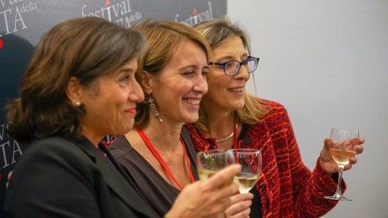 Da  sinistra a destra: Isabella Ceccarini (giornalista), Ilaria Rigamonti  (Treccani) e Fabrizia Sernia (giornalista) in occasione del Festival di  Milano, edizione 2018
