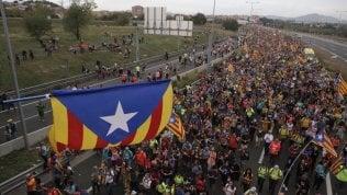 Catalogna, scontri e disordini: salta la sfida Barcellona-Real, chiusa la Sagrada Familia