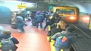 Sviene sui binari mentre arriva il metrò: i pendolari la salvano