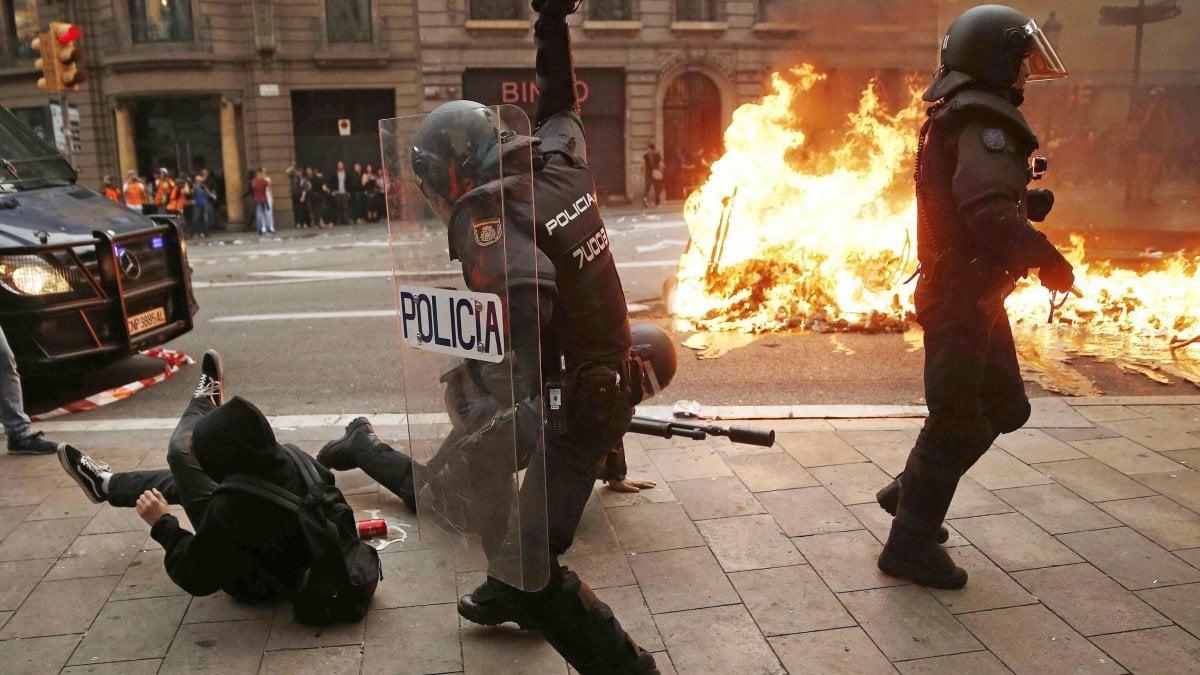Catalogna, oltre mezzo milione di manifestanti in piazza: polizia spara proiettili di gomma. Salta a fine mese il match Barcellona-Real