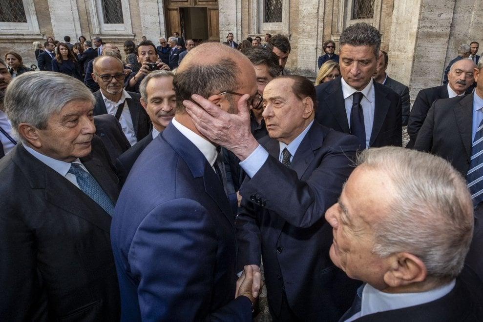 I funerali di Paolo Bonaiuti: da Berlusconi a Gianni Letta per l'ultimo saluto