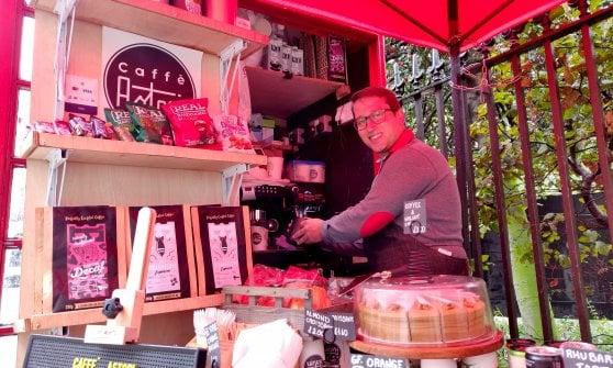 Il giovane italiano che vende il caffè nelle cabine telefoniche di Londra