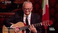 Gualtieri spiega la Manovra con la chitarra
