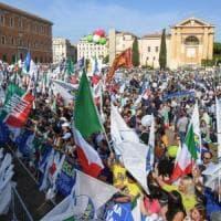 Centrodestra in piazza contro il governo, insulti a Gad Lerner
