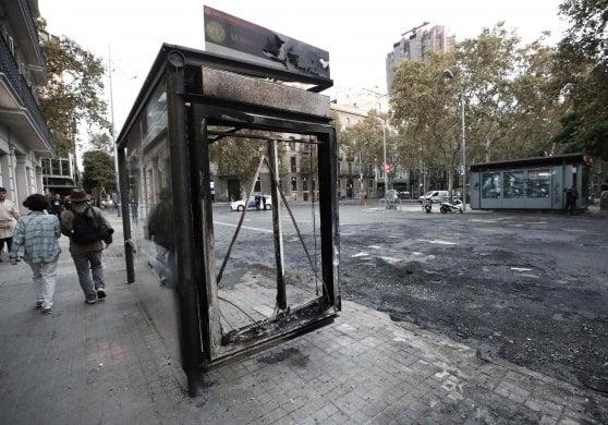 Barcellona: fermata dell'autobus completamente carbonizzata durante gli scontri di venerdì del movimento indipendentista
