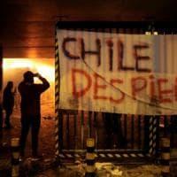Cile, guerriglia urbana a Santiago: protesta per costo della vita altissimo. Dichiarato...