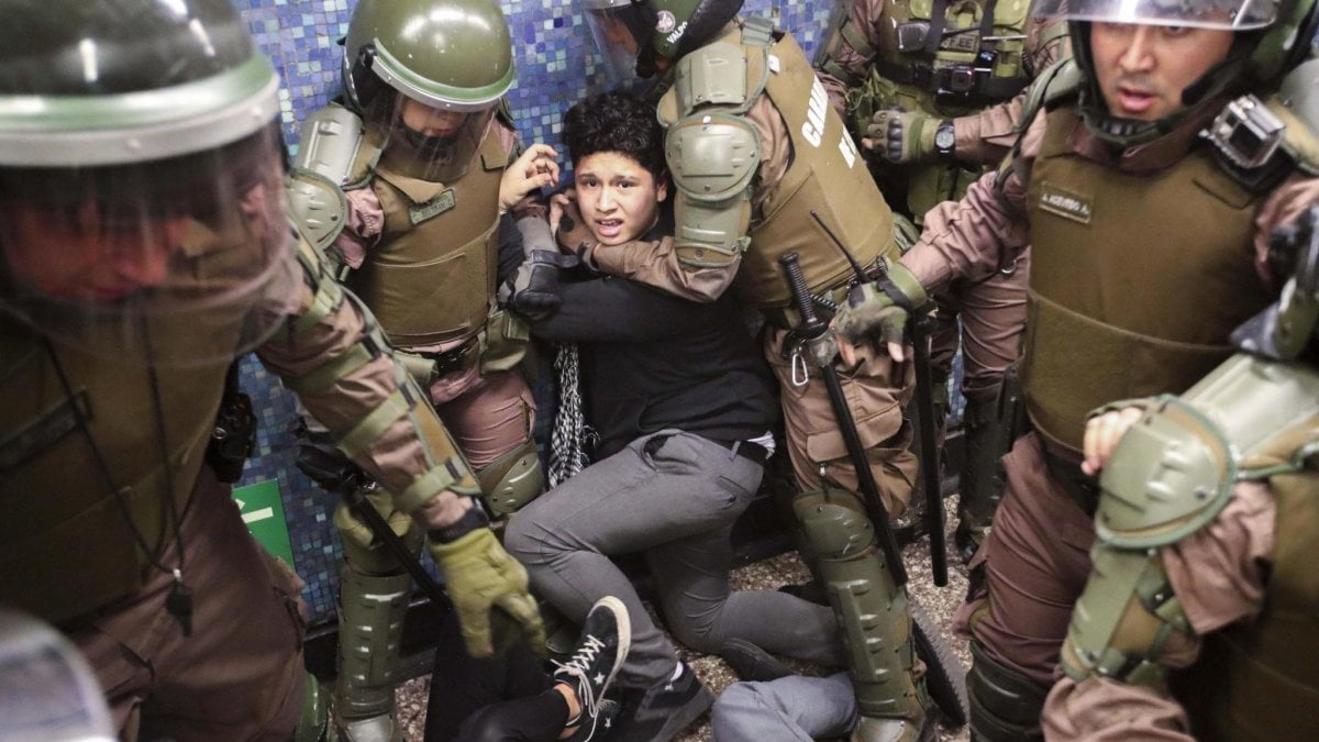 """Cile, l'Esercito proclama coprifuoco totale: """"Sospese le libertà"""". È la prima volta dai tempi di Pinochet"""