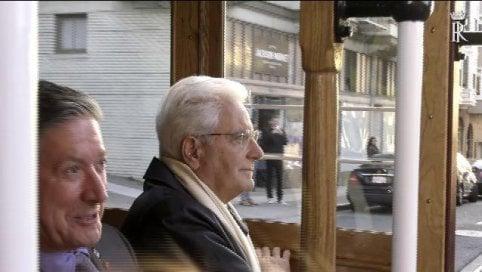 Il presidente Mattarella sale sul tram per visitare le strade della città