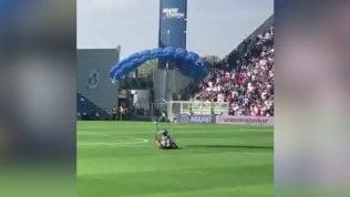 Sassuolo-Inter, atterra sul campo col paracadute durante la partita