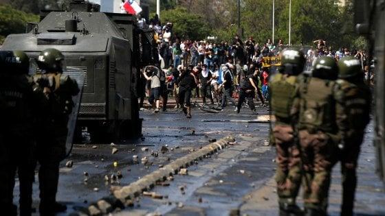 """Cile, undici morti dall'inizio delle proteste. Il presidente: """"Siamo in guerra"""""""