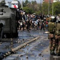 """Cile, dieci morti dall'inizio delle proteste. Il presidente: """"Siamo in guerra"""""""