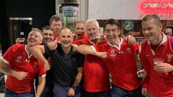 Rugby, Mondiali: foto arbitro con i tifosi gallesi, Francia sconfitta e furiosa