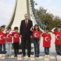 """Siria, Erdogan prima dell'incontro con Putin. """"Senza il ritiro dei curdi riprenderà..."""