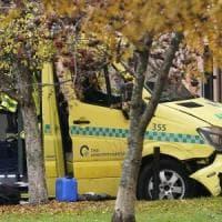 Norvegia, ruba ambulanza e si lancia sui pedoni a Oslo: feriti