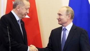Siria, accordo tra Erdogan e Putin: russi e turchi pattuglieranno insieme la zona 'svuotata' dai curdi