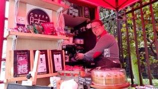 Londra, l'italiano che vende caffè nelle cabine telefoniche