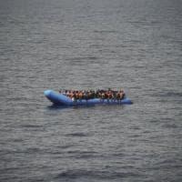 Grecia, scontro tra nave guardia costiera e gommone migranti: morto un bimbo siriano