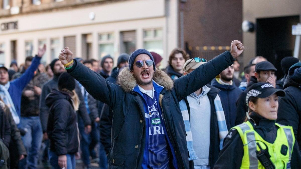 Lazio, gli ultrà fanno il saluto romano per le strade di Glasgow