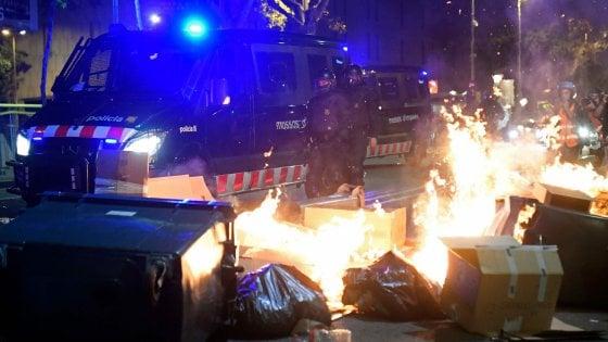 Catalogna di nuovo in piazza: in 350mila nelle strade di Barcellona con barricate e fuochi in strada