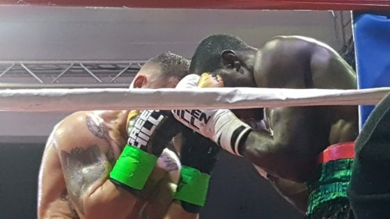 Boxe, Magnesi è una furia: Awuku si arrende al 7° round