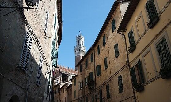 Scoprire la storia con il passo dell'esploratore. Da Siena a Mantova torna il trekking urbano