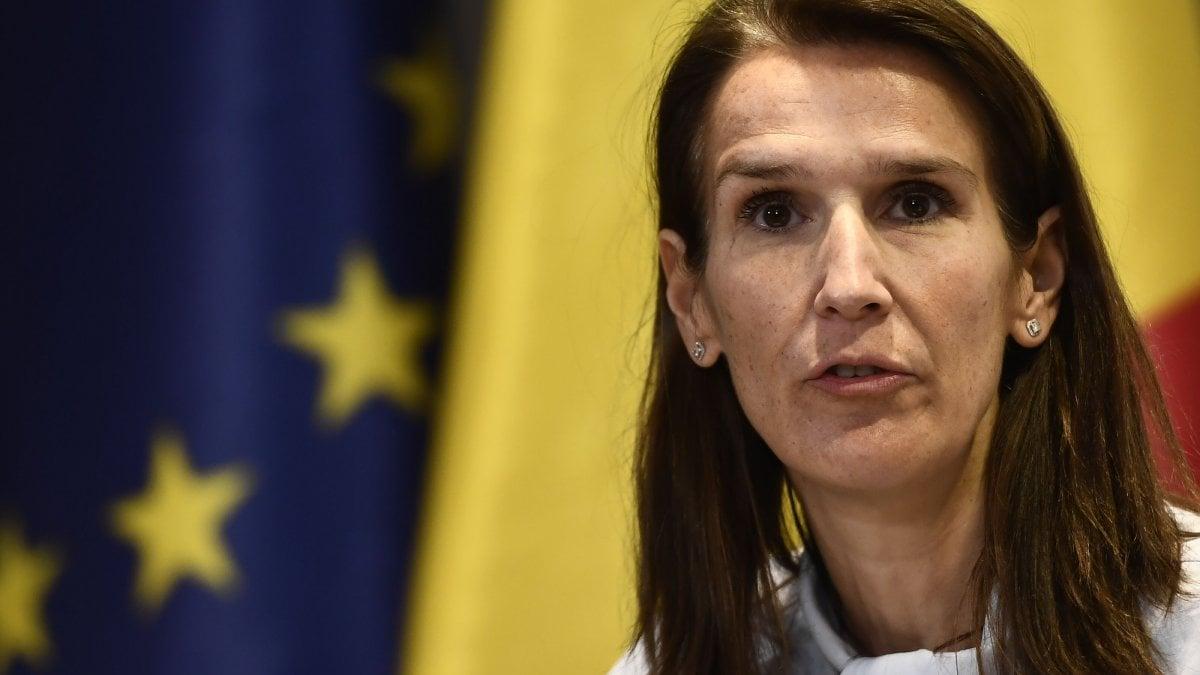 Belgio, si insedia Sophie Wilmès: è la prima donna premier in 189 anni. Ma l'incarico è a termine