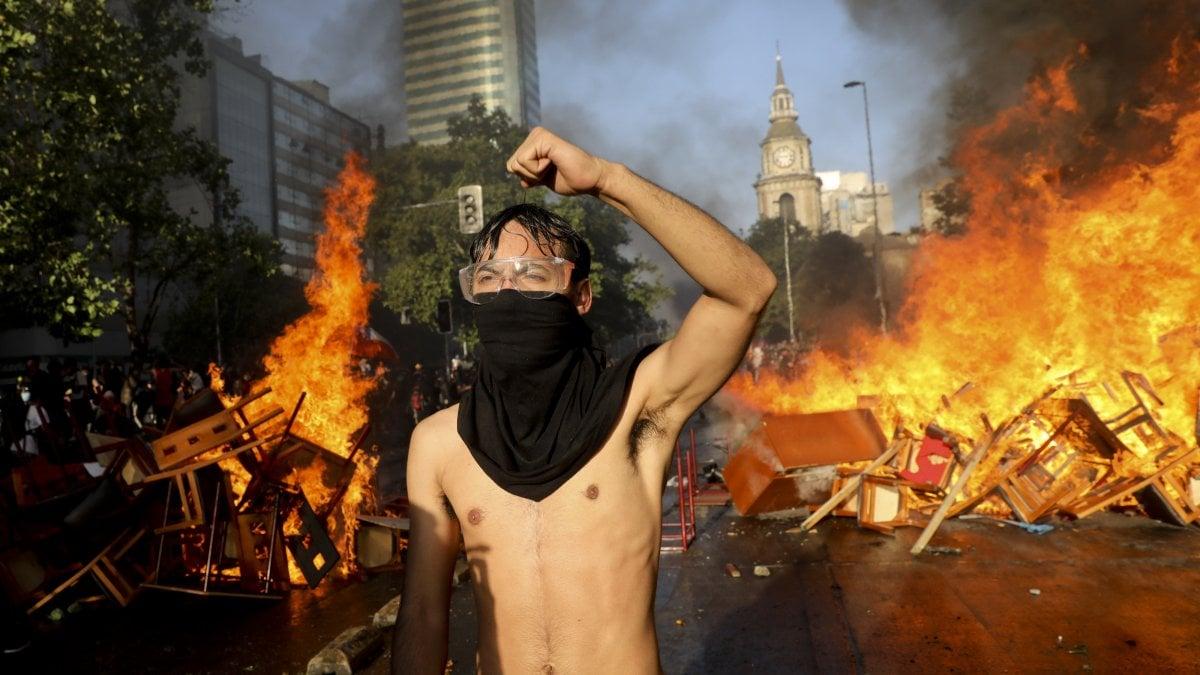 Cile, nuovi scontri davanti al Palazzo del governo: bruciati hotel e centri commerciali
