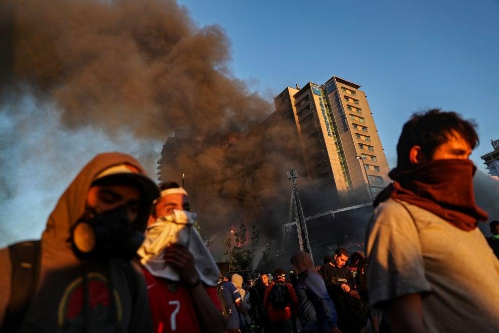Cile: manifestanti in piazza, Santiago torna a bruciare