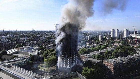 """Incendio Grenfell Tower, un rapporto accusa i pompieri: """"Gravi lacune"""""""