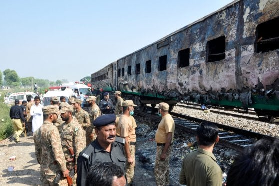 Pakistan: rogo su treno passeggeri, almeno 74 morti