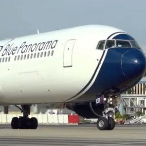 Un aereo Blue Panorama al decollo