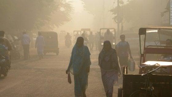Lo smog soffoca New Delhi, le autorità vietano i voli