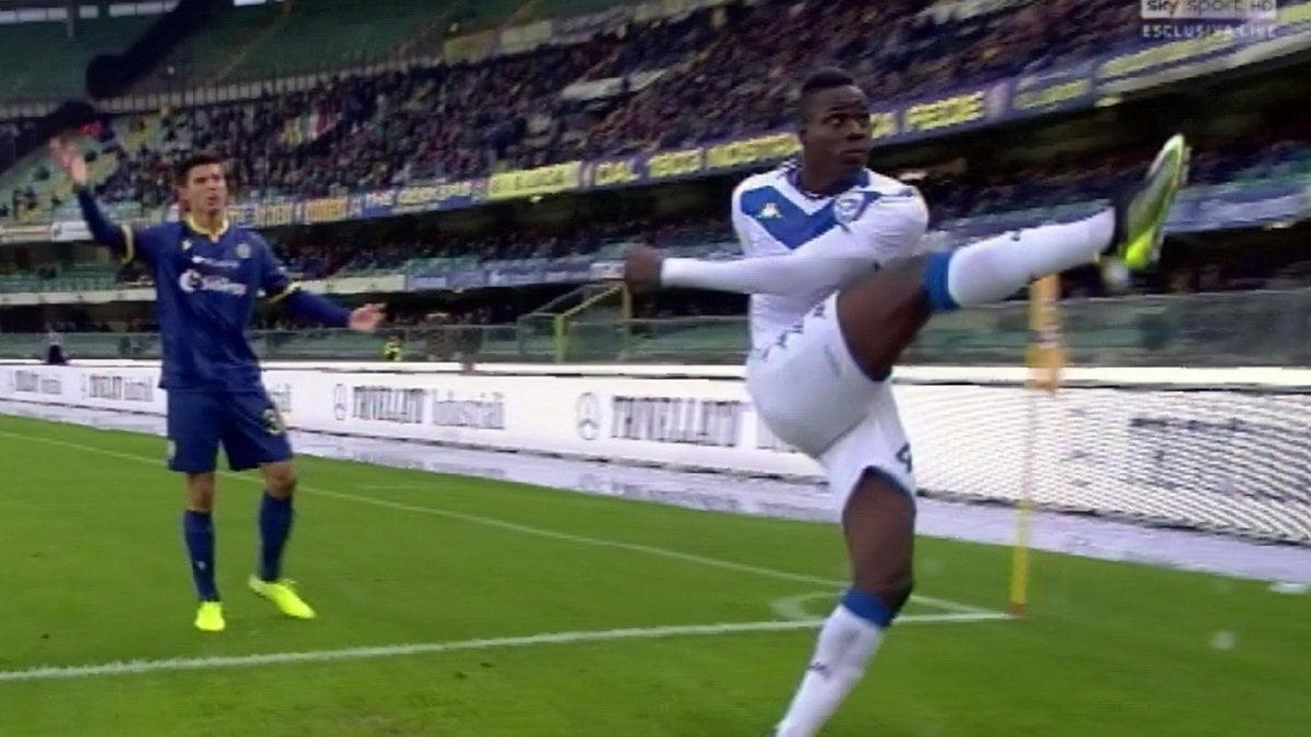 """Verona-Brescia, cori razzisti: Balotelli minaccia di lasciare il campo. """"Una vergogna, grazie a tutti per la solidarietà"""""""