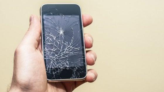 Il vetro indistruttibile per gli smartphone? Forse sarà di argilla metallica trasparente